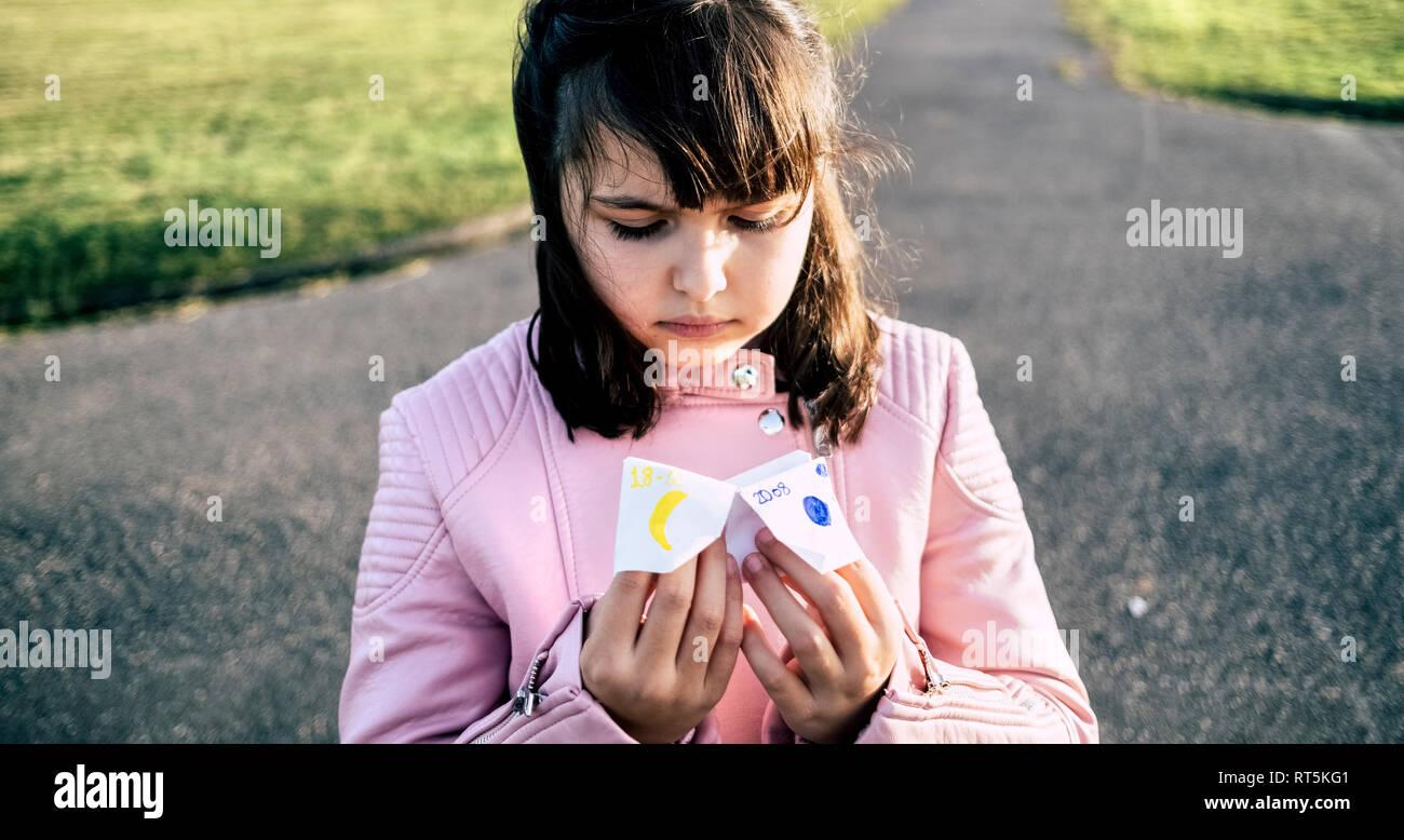 Portrait von kleinen Mädchen spielen 'Himmel oder Hölle' Stockbild