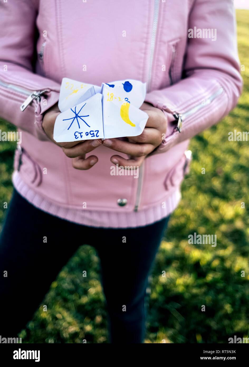 Mädchen spielen 'Himmel oder Hölle', close-up Stockbild