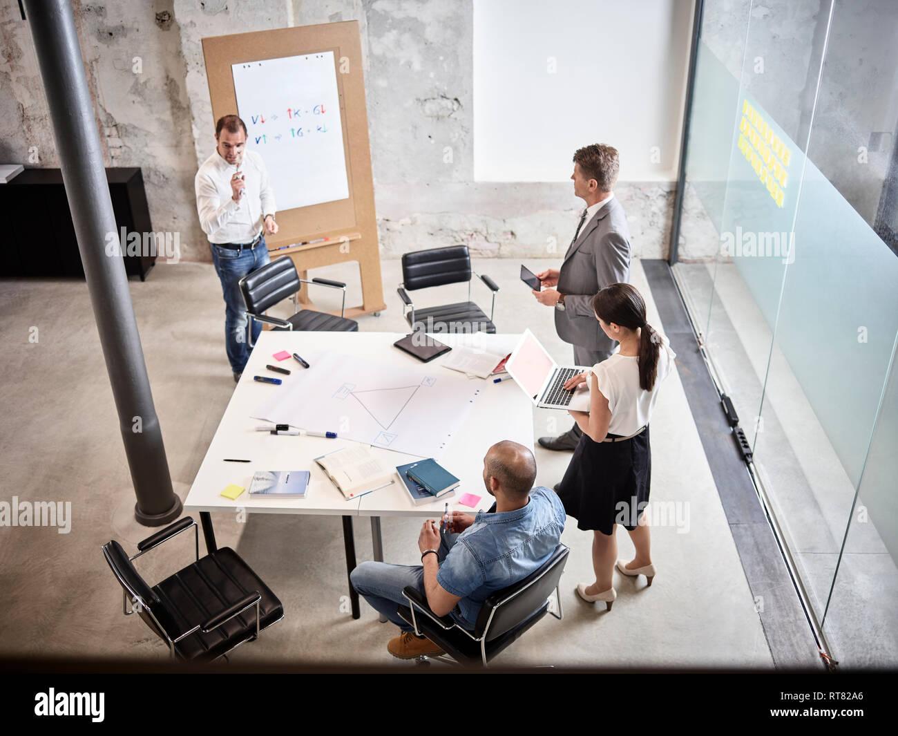 Geschäftsleute, die mit einer Besprechung im Konferenzraum Stockbild