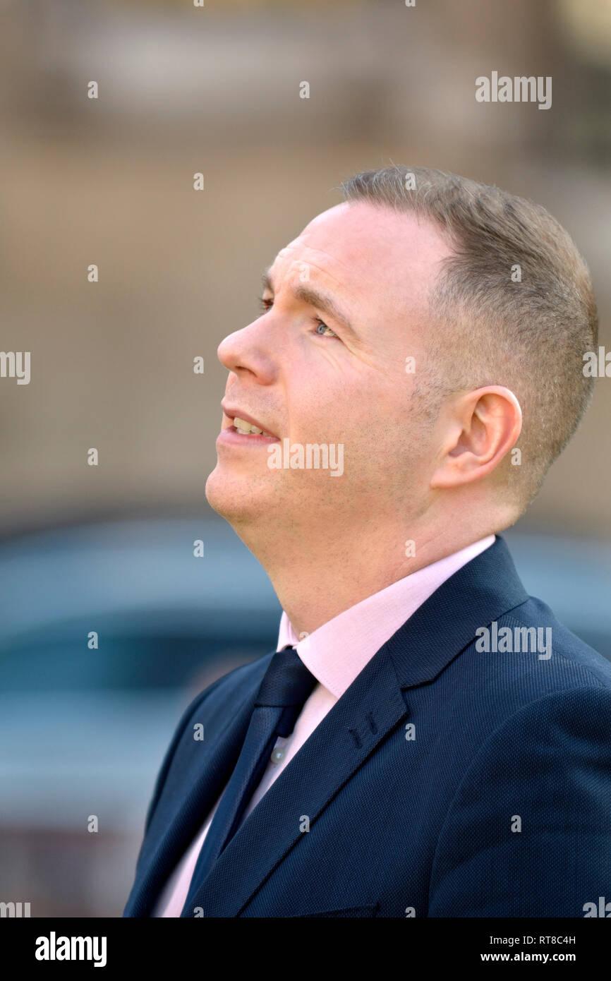 Chris Hazzard MP (Sinn Féin: Süden unten) auf College Green, Westminster, Feb 2019 interviewt Stockbild