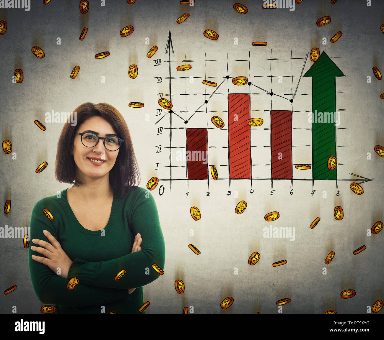 Lässige junge Frau mit Brille, die Arme verschränkt, breit lächelnd wie finanicial Graph anheben und goldenen Münzen fallen als Geld regnen. Wirtschaft Ohr Stockbild