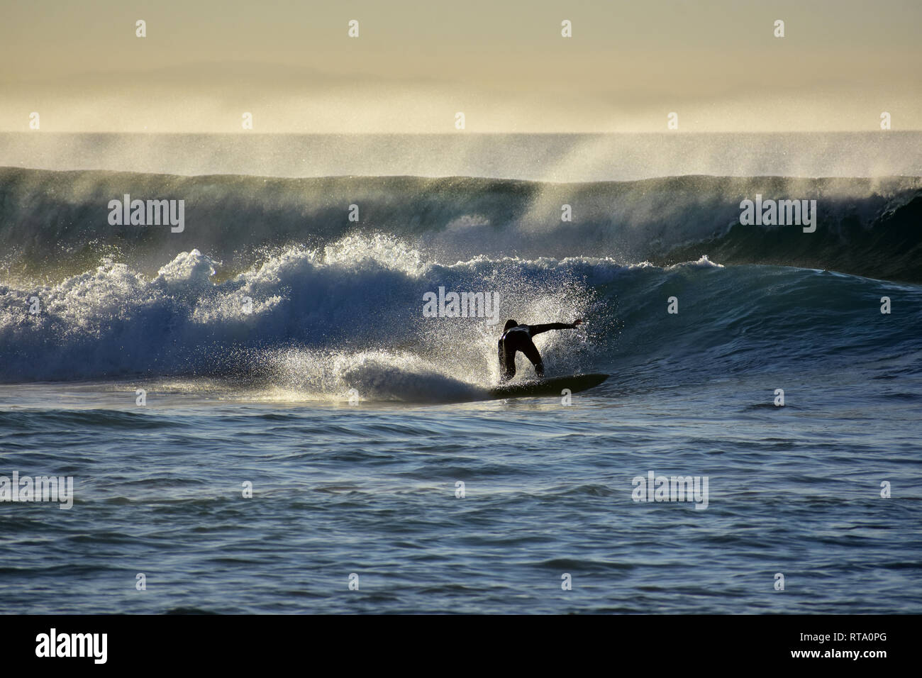Surfer auf dem atlantischen Ozean Wellen in La auf Fuerteventura Kanarische Inseln in Spanien pared Stockfoto