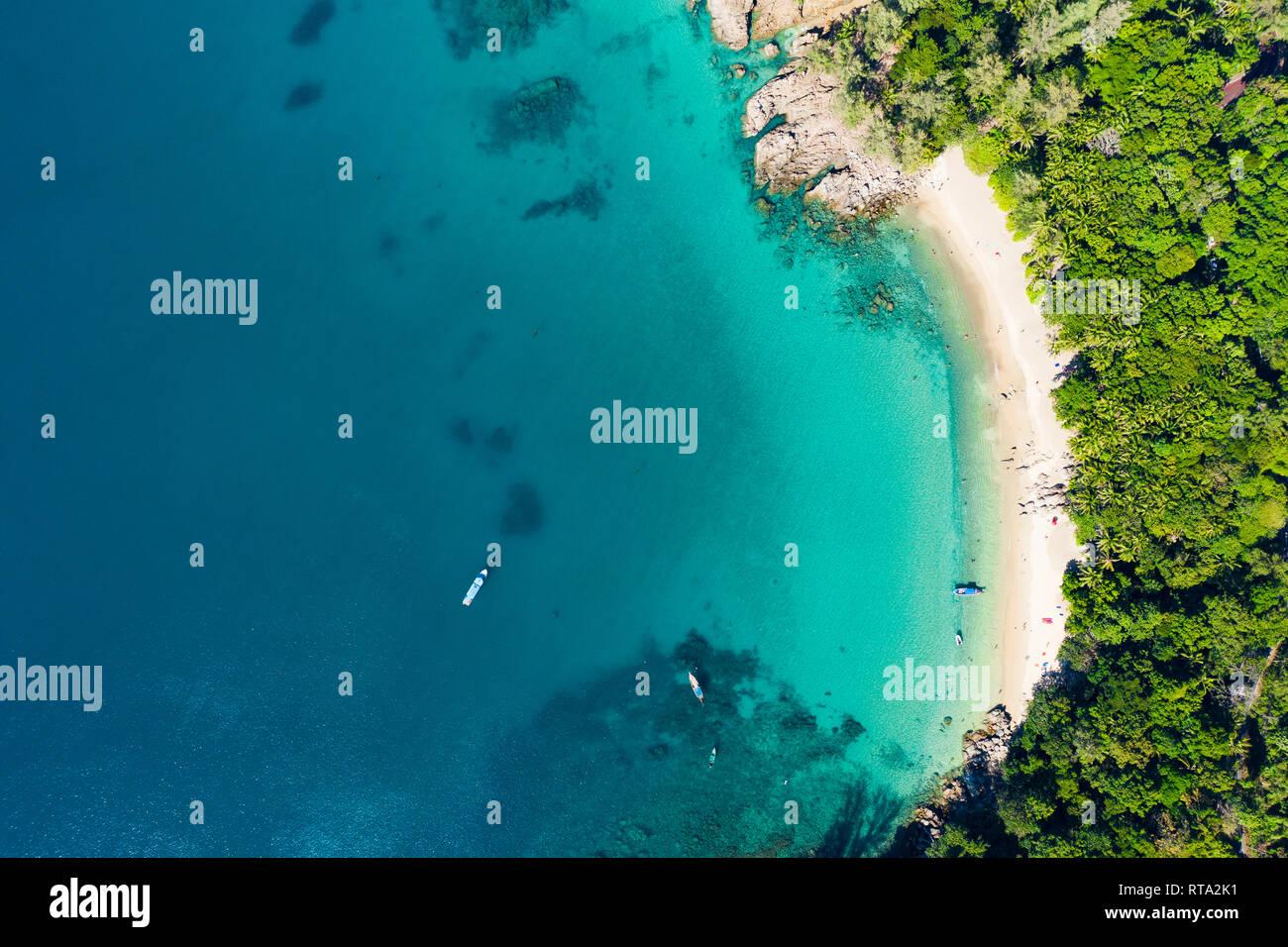 Ansicht von oben, aus der Vogelperspektive einen wunderschönen tropischen Strand mit weißem Sand und türkisfarbenem Wasser, Banana Beach, Phuket, Thailand. Stockfoto