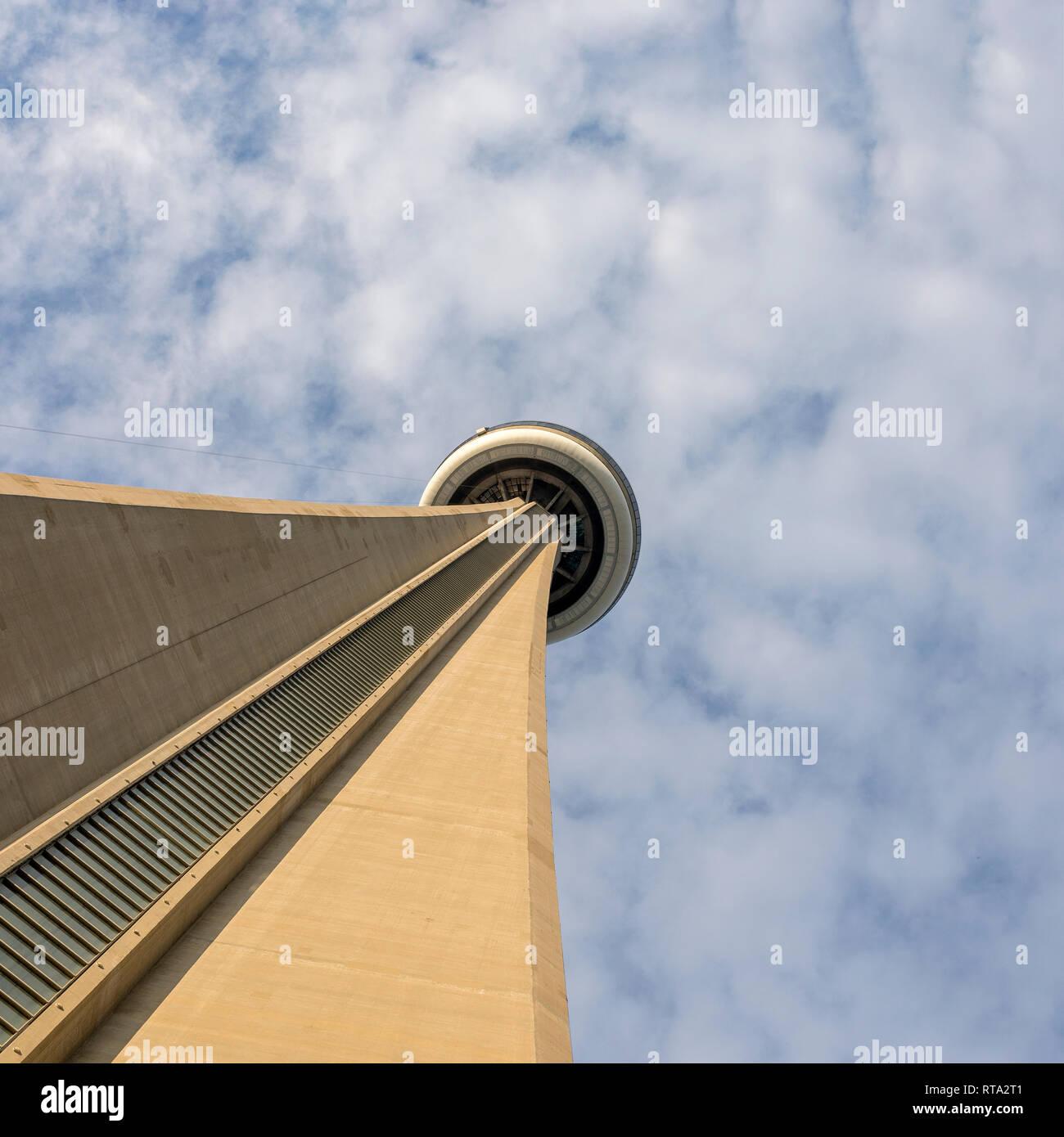 CN Tower an einem bewölkten Himmel Hintergrund in Toronto, Ontario, Kanada Stockfoto