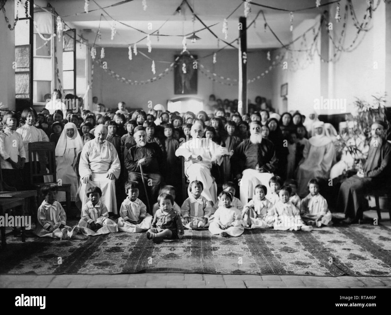 Mission der Franziskaner in China, Monsignore agabito Fiorentini mit der Missionsschwestern von Maria, China 1930-40 Stockbild