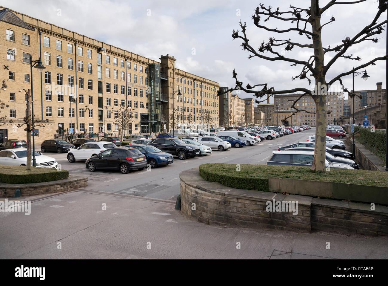Dean Clough, Halifax, West Yorkshire. Die ehemaligen Mühlen sind jetzt ein Geschäft und Kunst. Stockfoto