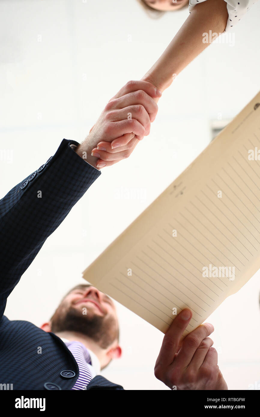 Mann in Anzug und Krawatte geben einerseits als Hallo im Büro Stockbild