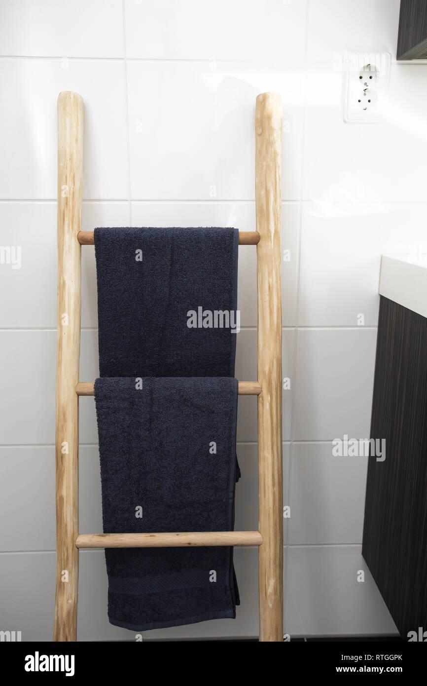 Holz- Handtuchhalter Leiter Badezimmer mit sauberer Bettwäsche