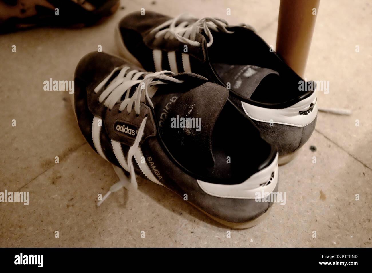 Adidas Blue Shoes Stockfotos & Adidas Blue Shoes Bilder Alamy