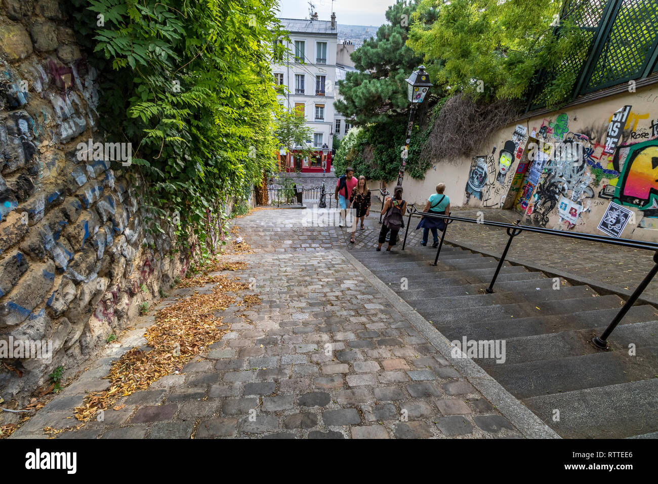 Menschen klettern die steilen Stufen an der Rue du Calvaire, rue Gabrielle und Place du Tetre Montmartre, Paris Stockfoto