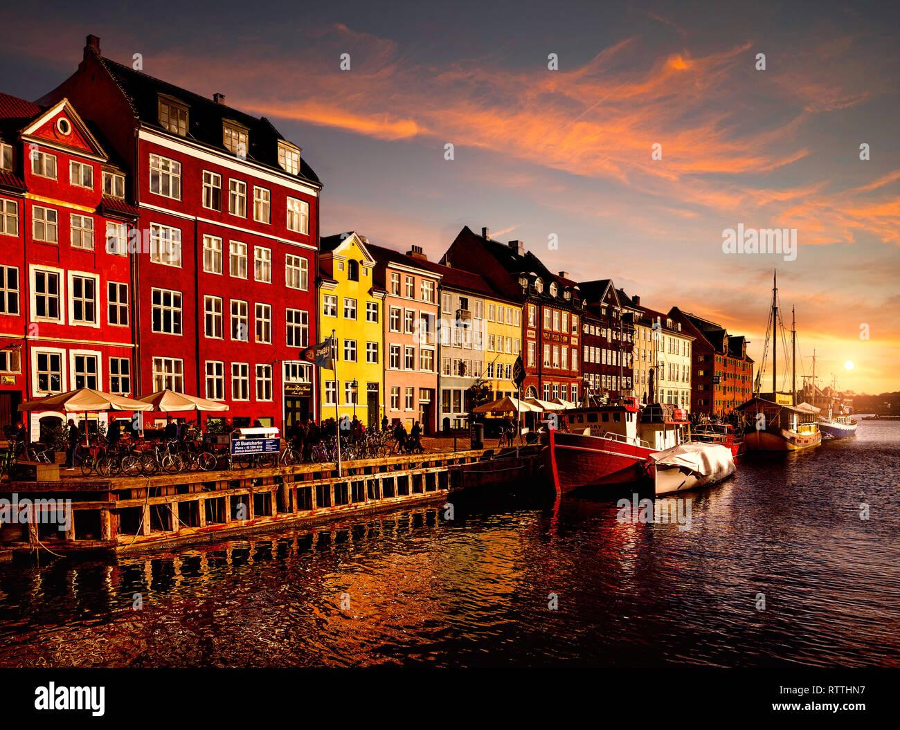 Bei Sonnenuntergang Nyhavn, Kopenhagen, Dänemark. Stockfoto