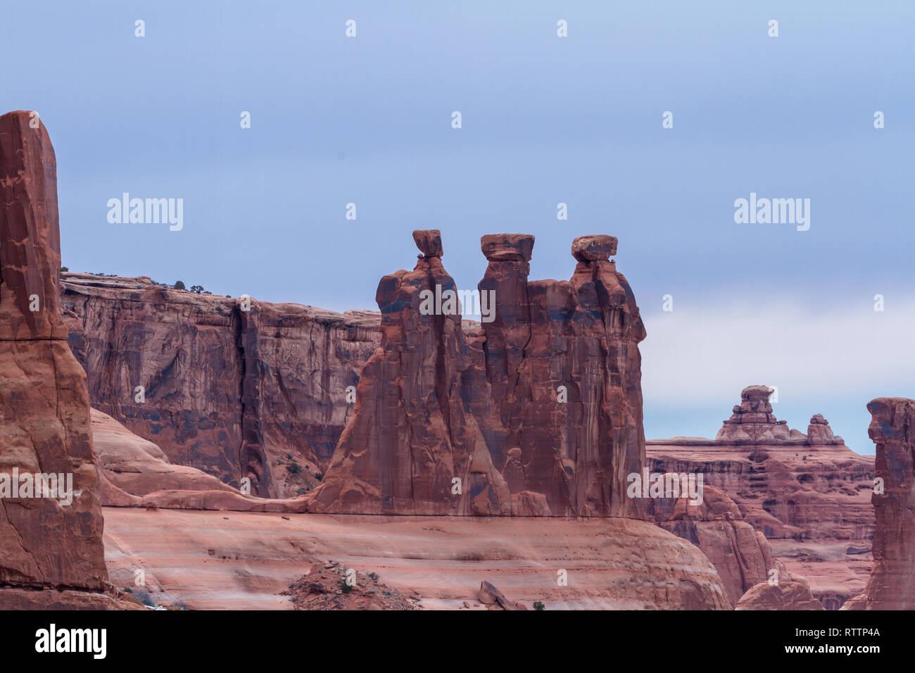 Giant Red Rock verfügen als die Drei Klatschbasen im Arches National Park, Foto takin an einem bewölkten Nachmittag bekannt Stockfoto