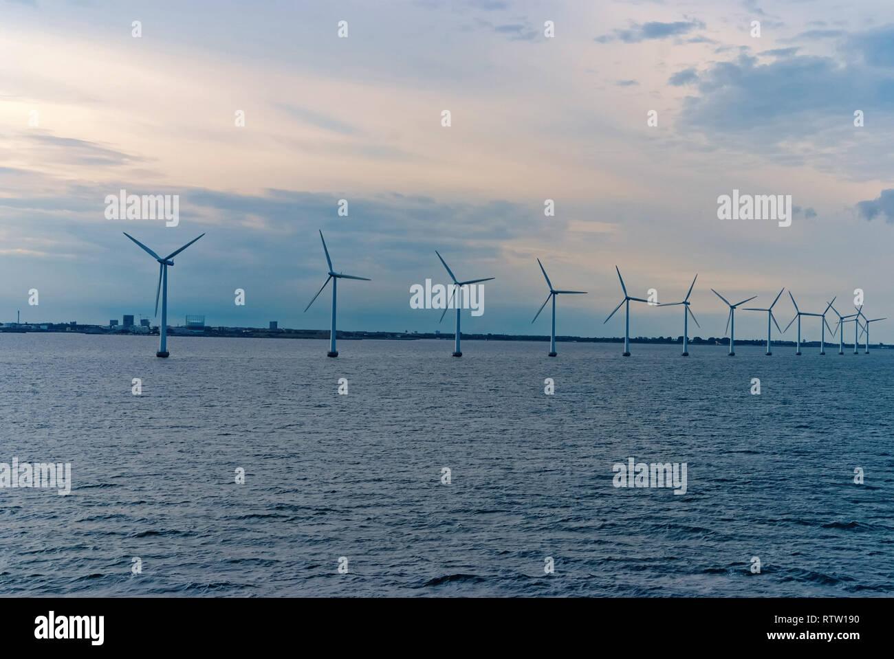Windkraftanlagen im Meer in Kopenhagen, Dänemark. Offshore Windpark für Erneuerbare nachhaltige und alternative Energieerzeugung. Grüne Wirtschaft. Ökologie und Umwelt. Eco Power. Stockbild
