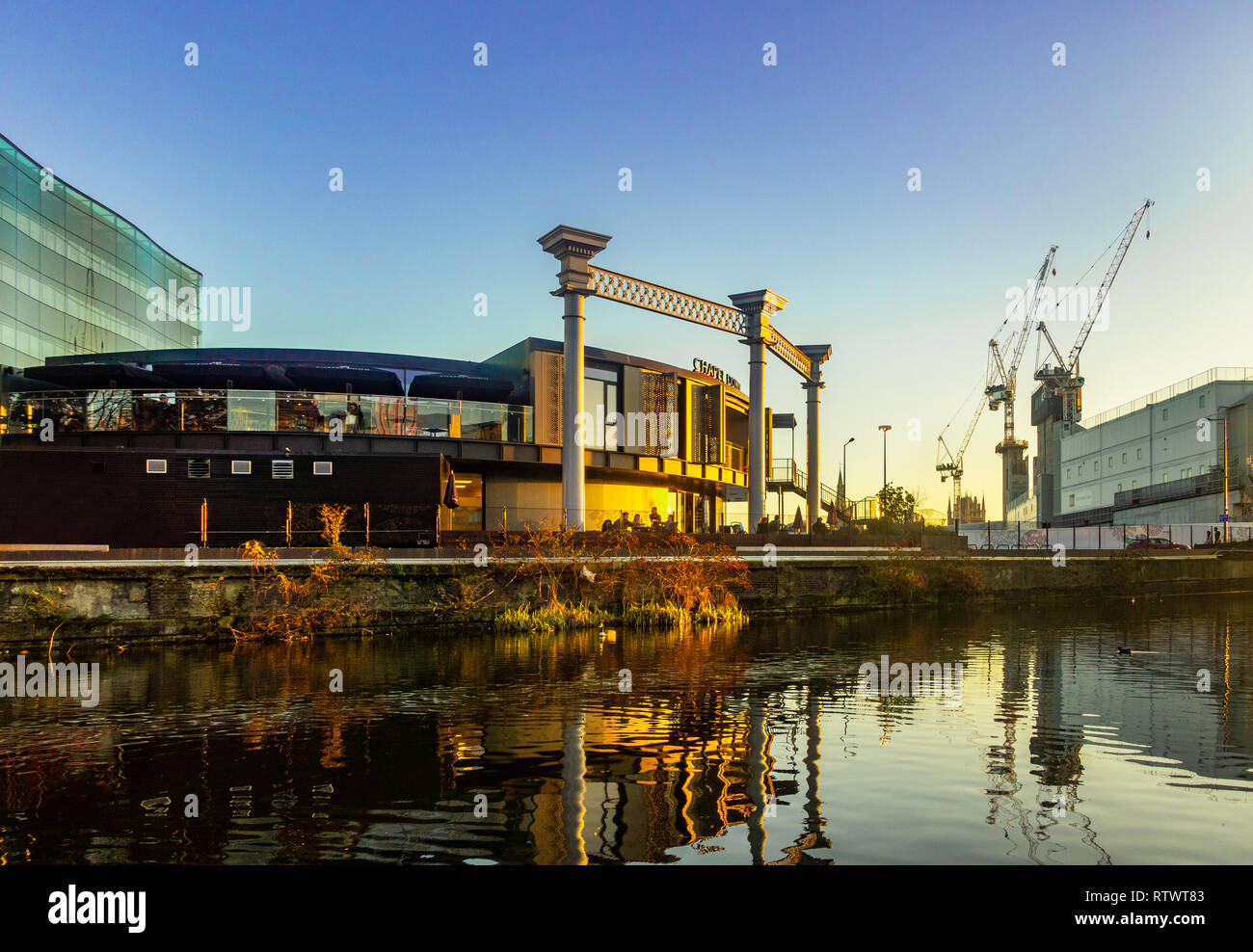 Sonnenuntergang über dem Regents Canal von Chapel Down Gin arbeitet und die Baustelle des neuen Google UK HQ in Kings Cross, London, England Stockfoto
