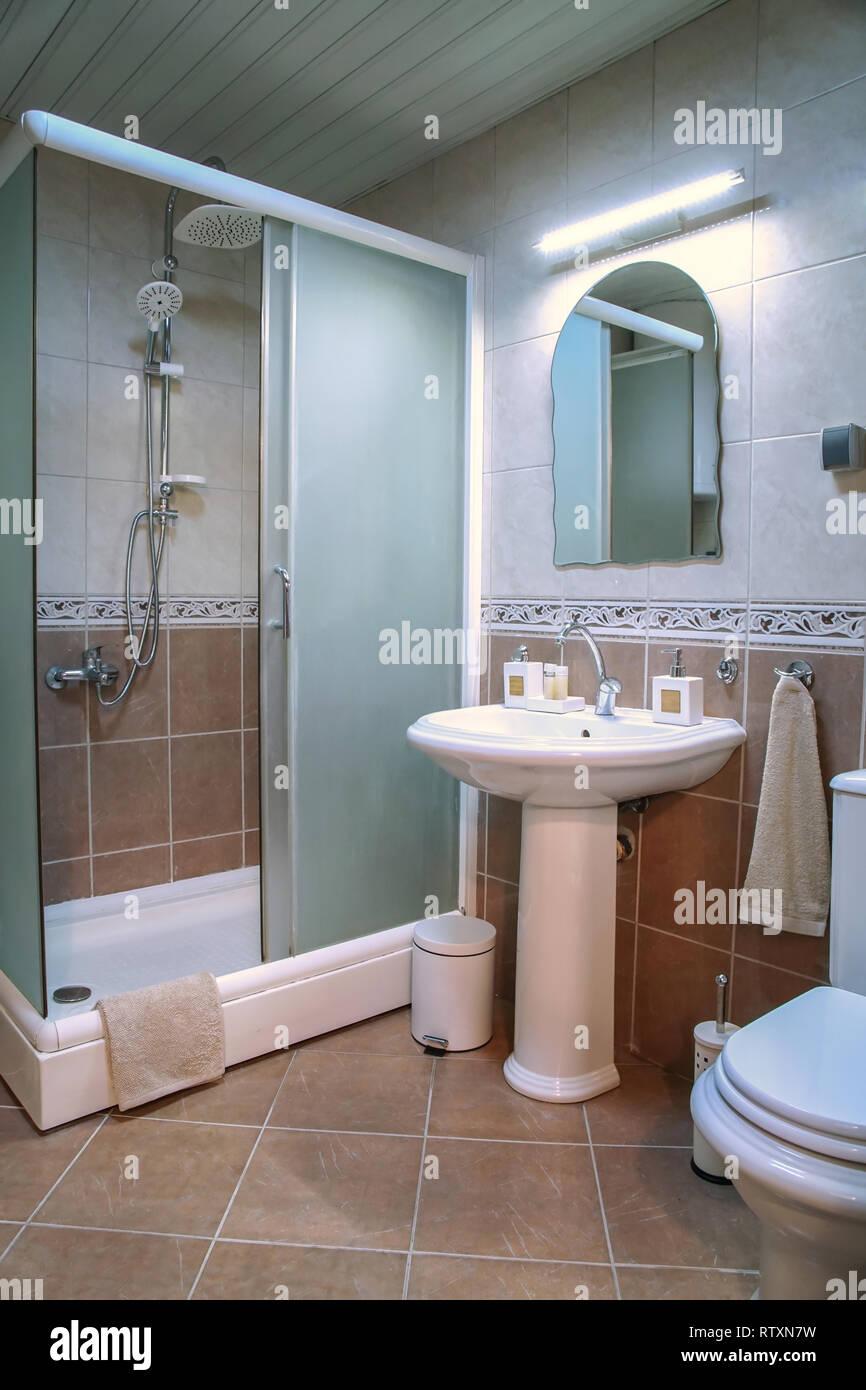 Moderne braun Badezimmer mit Dusche, Waschbecken und weißen ...