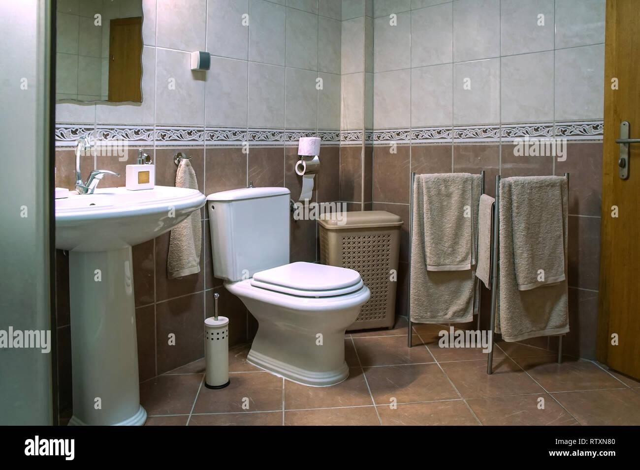 Moderne braun Badezimmer mit Waschbecken, Toilette ...