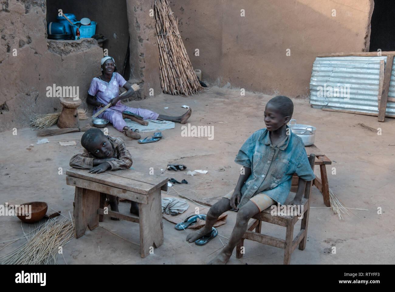 Ein Foto zeigt den Alltag eines ghanaischen Familie. Es sind Mutter und Kinder auf dem Foto. Stockbild