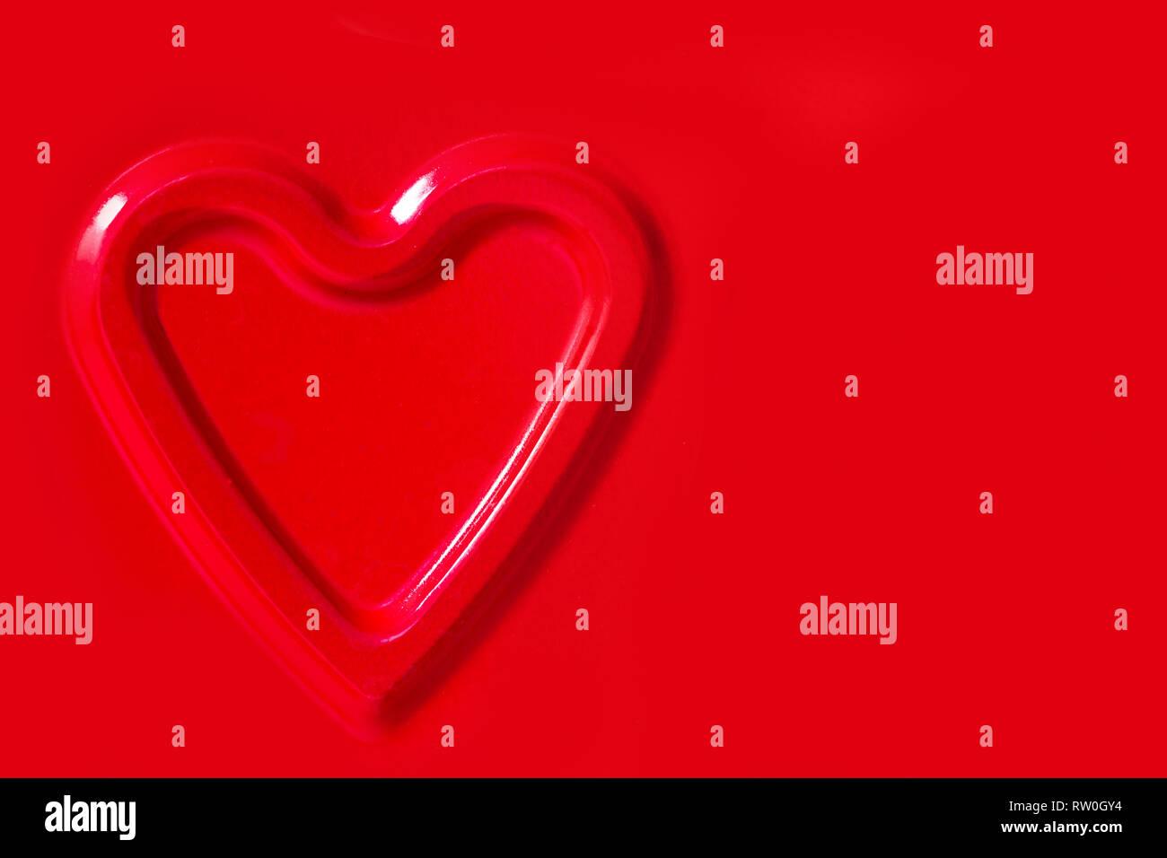 Die konvexe Kontur der Herzen auf rotem Bügeleisen Hintergrund. Stockbild