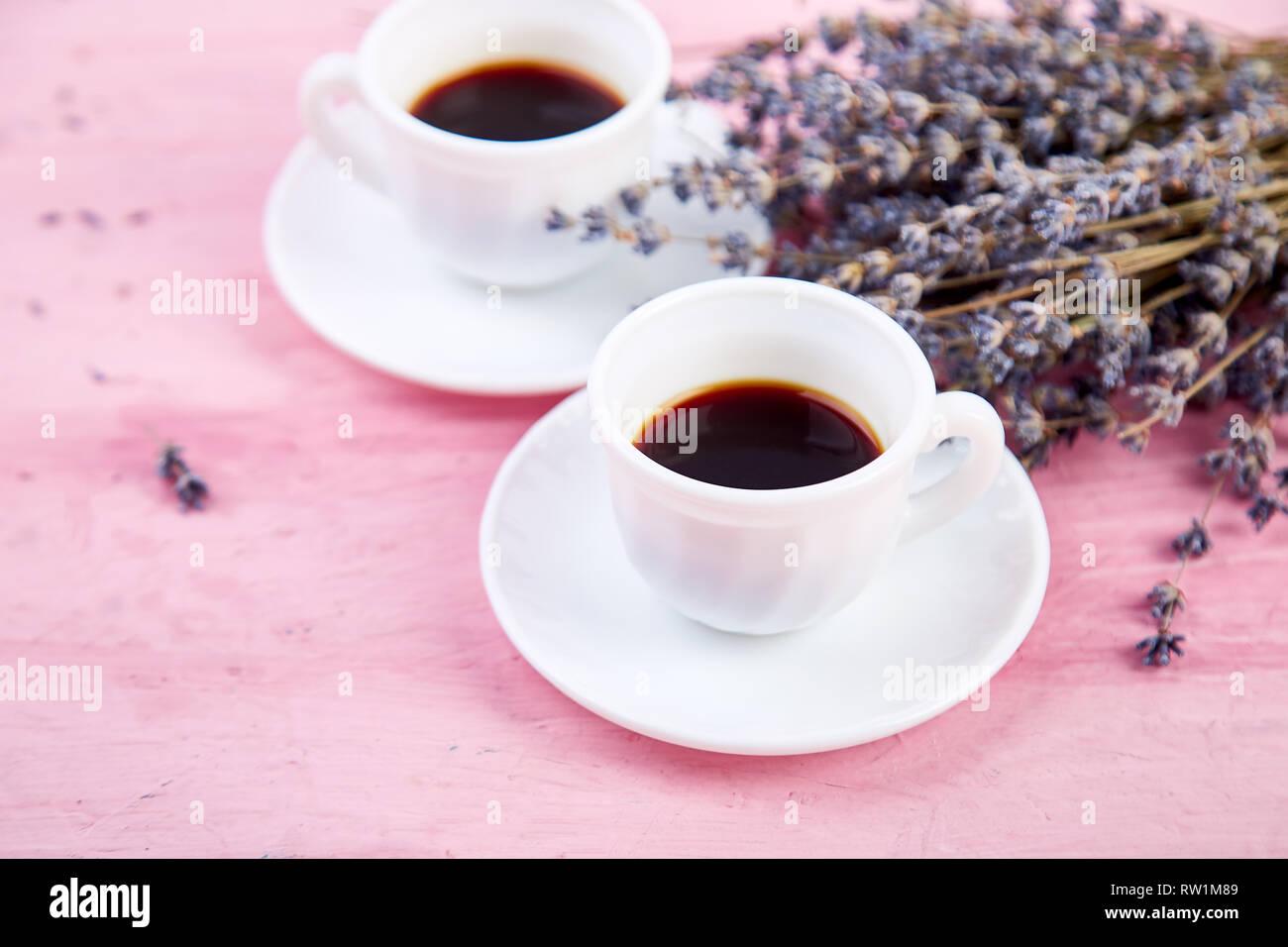 Zwei Tassen Kaffee Mit Blumenstrauß Lavendel Auf Rosa