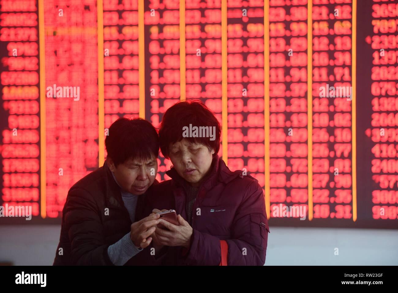 Hangzhou, China Zhejiang Provinz. 4 Mär, 2019. Investoren sind an einer Börse in Hangzhou, der Hauptstadt der Provinz Zhejiang, China, 4. März 2019 gesehen. Chinesische Aktien schliessen höhere Montag, nach der MSCI Entscheidung das Gewicht Chinas A-Aktien in ihren Indizes zu erhöhen und die neu vorgestellten Regelungen auf den sci-tech Board. Der Benchmark Shanghai Composite Index gewann 1,12 Prozent auf 3,027.58 zu beenden, durch die 3.000 brechen - Punkt. Credit: Lange Wei/Xinhua/Alamy leben Nachrichten Stockbild