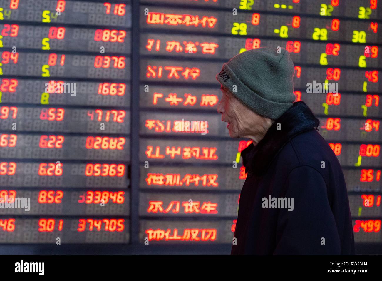 Nanjing in der chinesischen Provinz Jiangsu. 4 Mär, 2019. Ein Investor ist, die an einer Börse in Nanjing, der Hauptstadt der Provinz Jiangsu, China, 4. März 2019 gesehen. Chinesische Aktien schliessen höhere Montag, nach der MSCI Entscheidung das Gewicht Chinas A-Aktien in ihren Indizes zu erhöhen und die neu vorgestellten Regelungen auf den sci-tech Board. Der Benchmark Shanghai Composite Index gewann 1,12 Prozent auf 3,027.58 zu beenden, durch die 3.000 brechen - Punkt. Credit: Su Yang/Xinhua/Alamy leben Nachrichten Stockbild