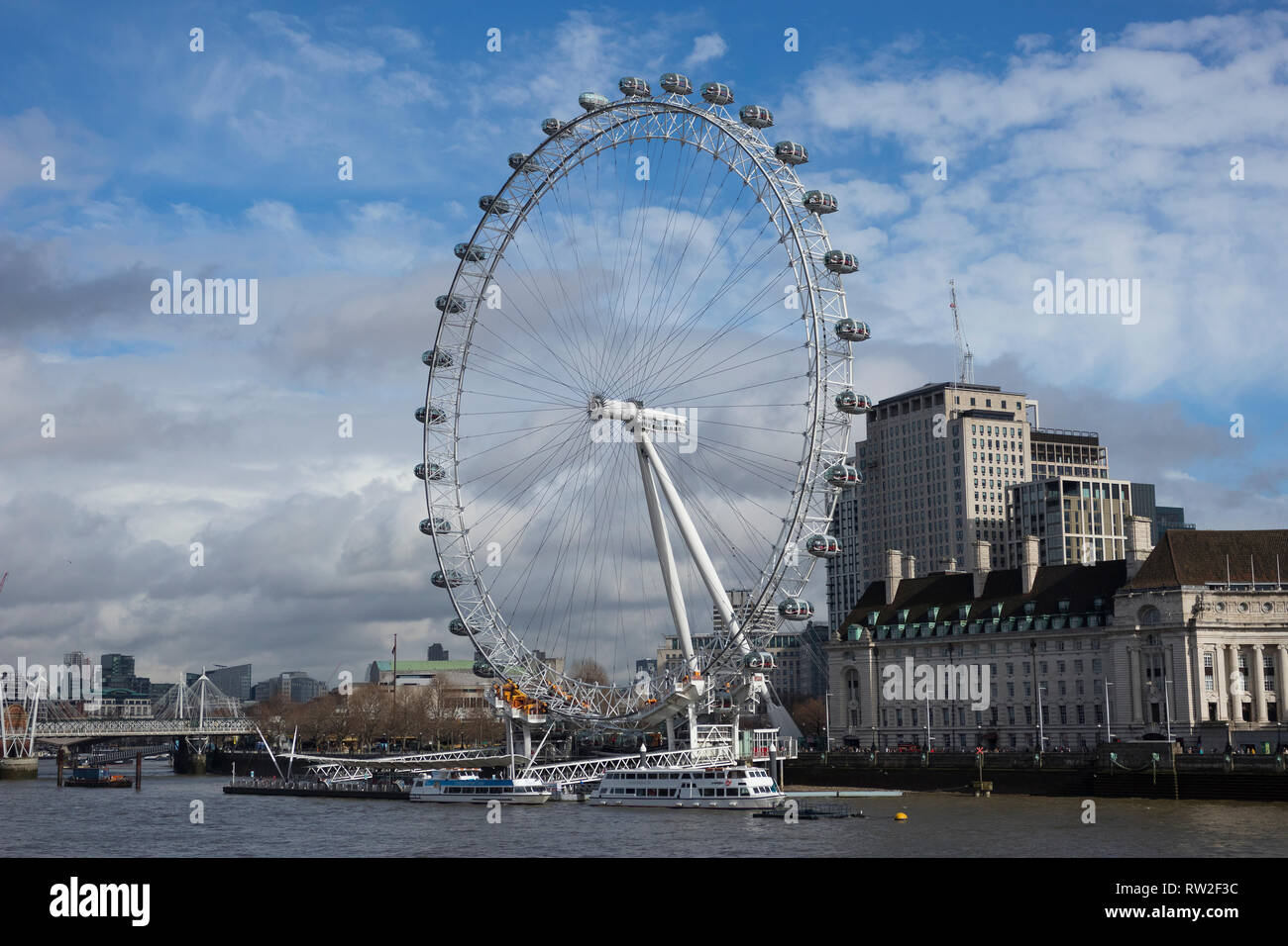 London, England - 28. Februar 2019: London Eye oder Millennium Wheel an der South Bank der Themse in London, England, Grossbritannien Stockbild