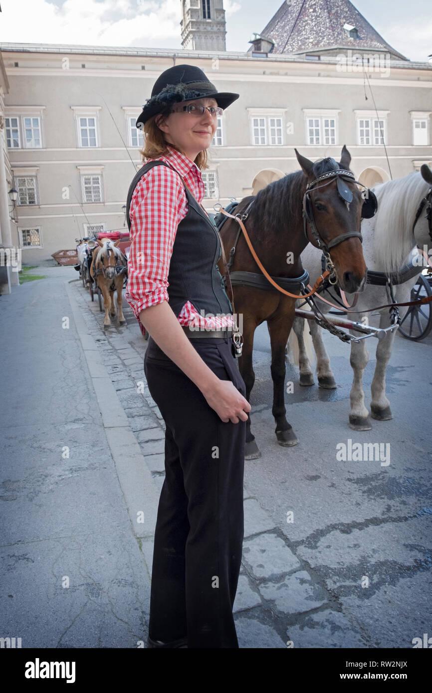 Porträt eines jungen österreichischen Frau, Pferd, Kutsche Touren in Salzburg, Österreich. Stockbild