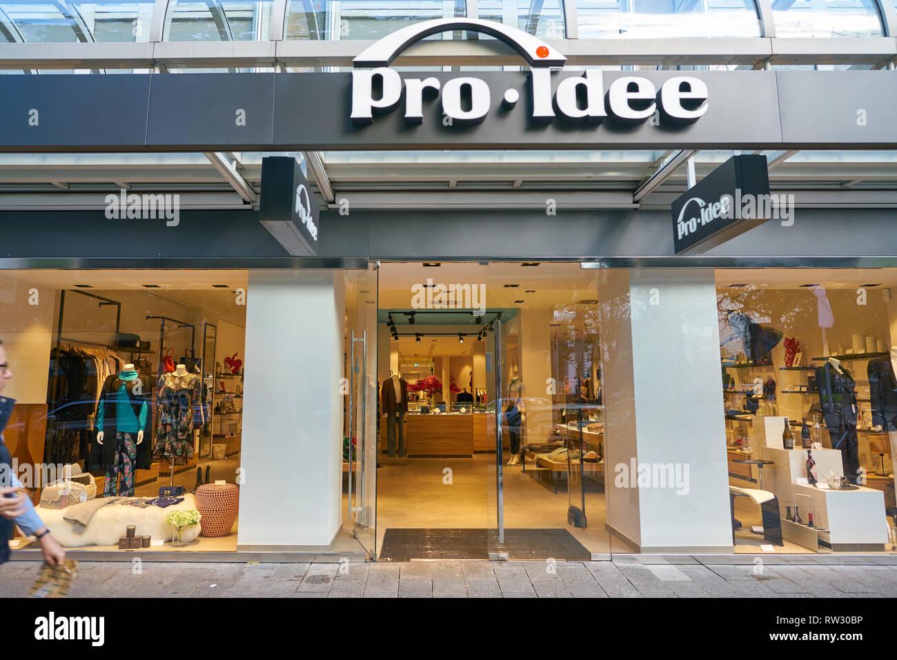 Düsseldorf, Deutschland - ca. September 2018: Eingang zu Pro-Idee store in Düsseldorf. Stockbild