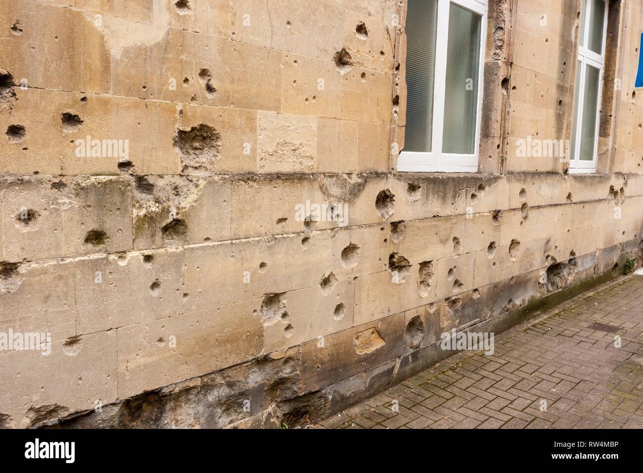 Bombe aus dem Zweiten Weltkrieg schrapnell Schaden von 1942 an der Außenseite eines Gebäudes in der Badewanne, N.E. Somerset, England, Großbritannien Stockbild