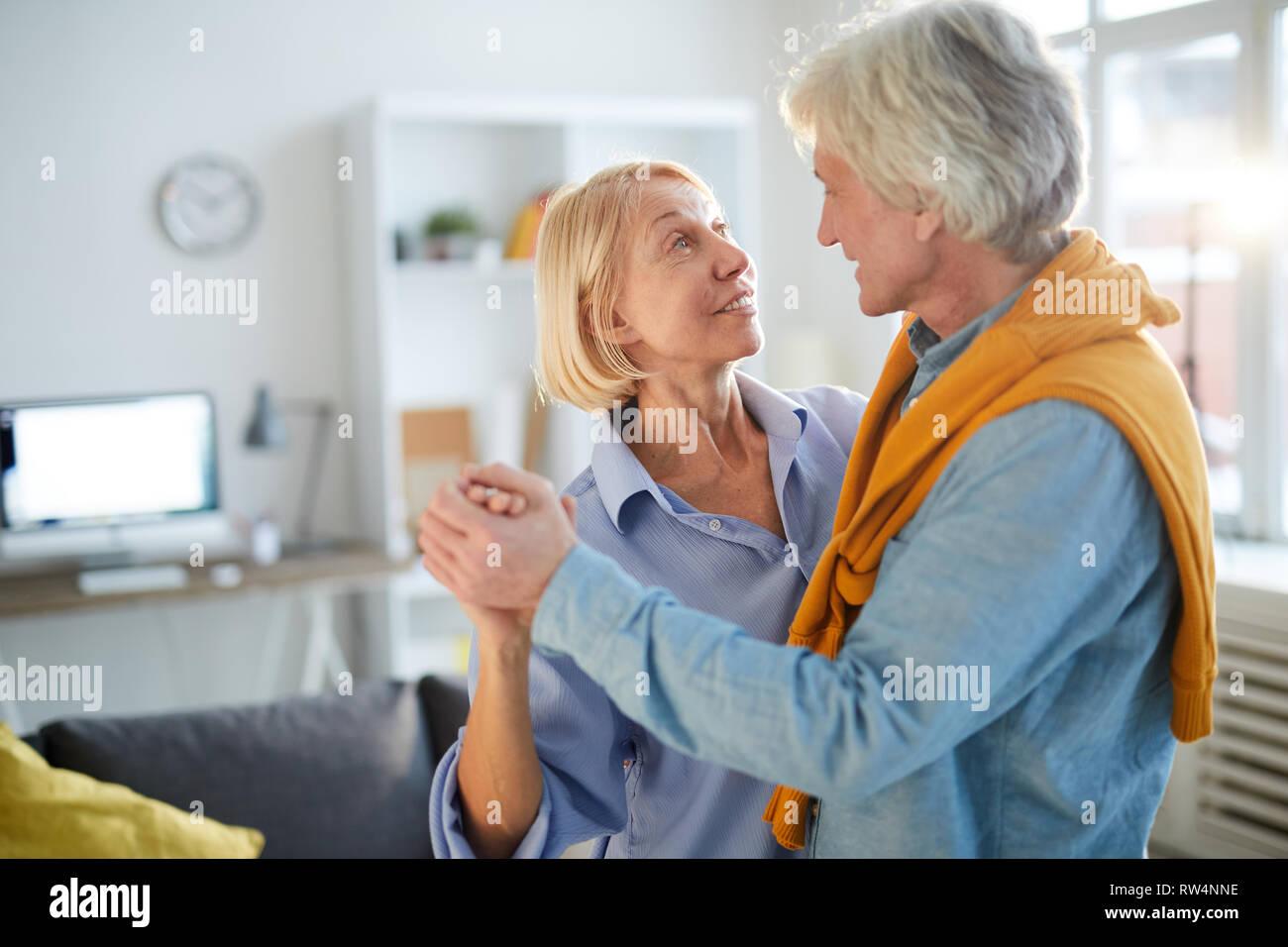 Reifes Paar tanzen Stockfoto