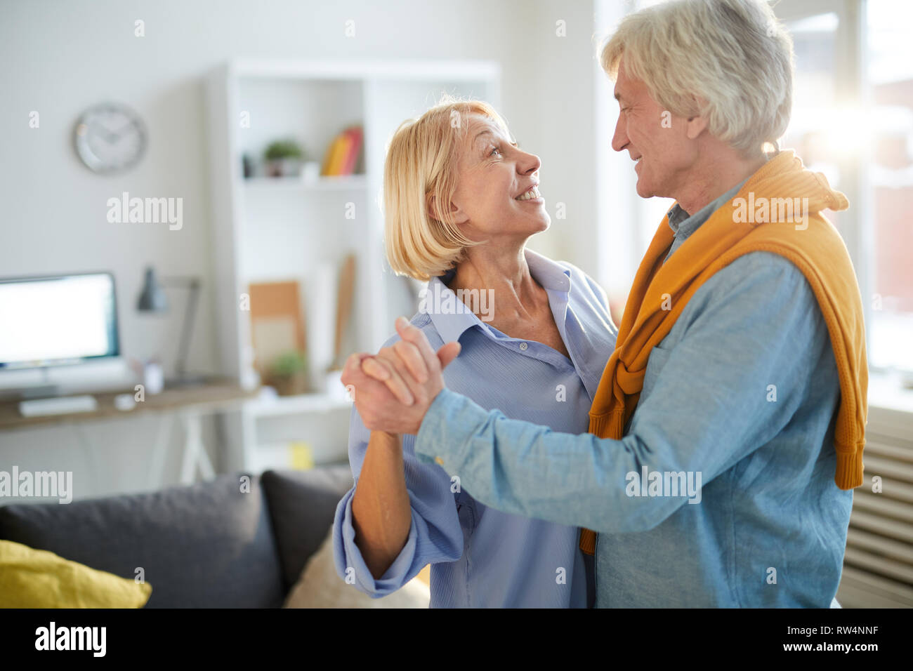 Reifes Paar tanzen zu Hause Stockfoto