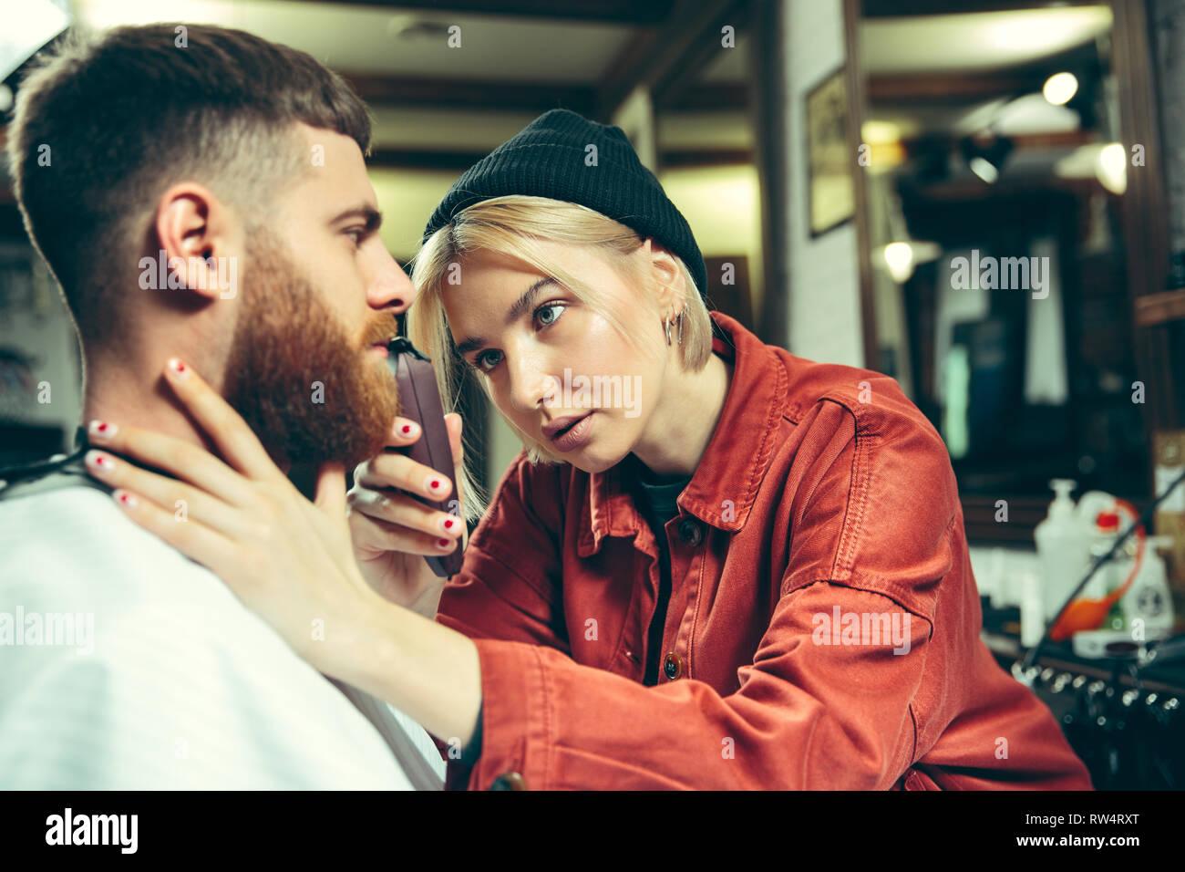 Kunden Während Bart Rasieren Im Barbershop Weibliche