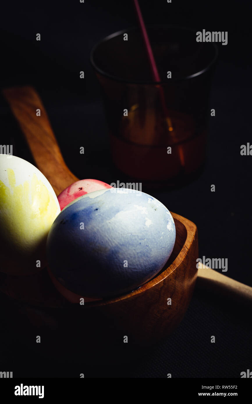 Satz von schlecht gefärbten Eiern Stockfoto