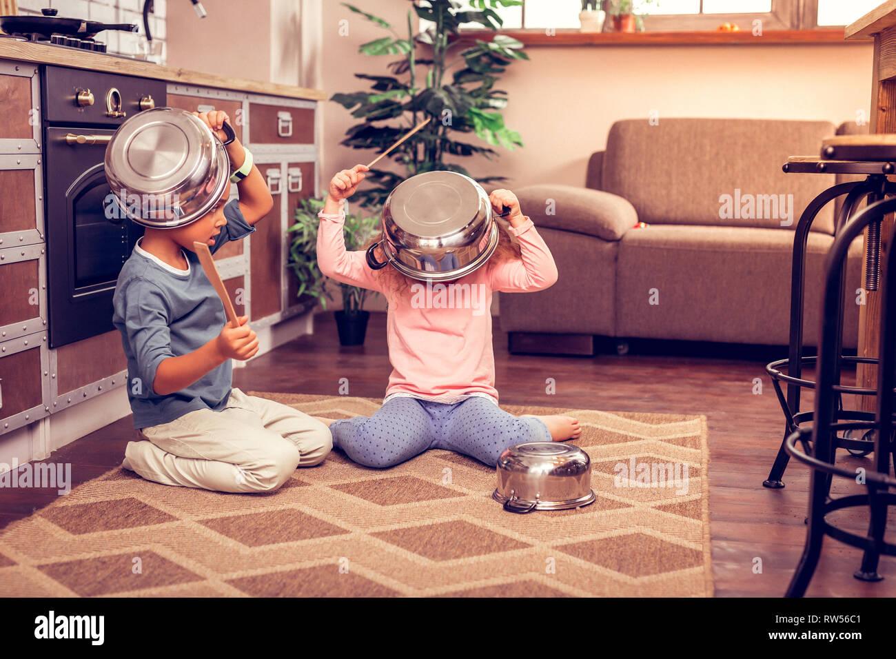 Entspannt spielen zu Hause mit Küchenutensilien Stockfoto