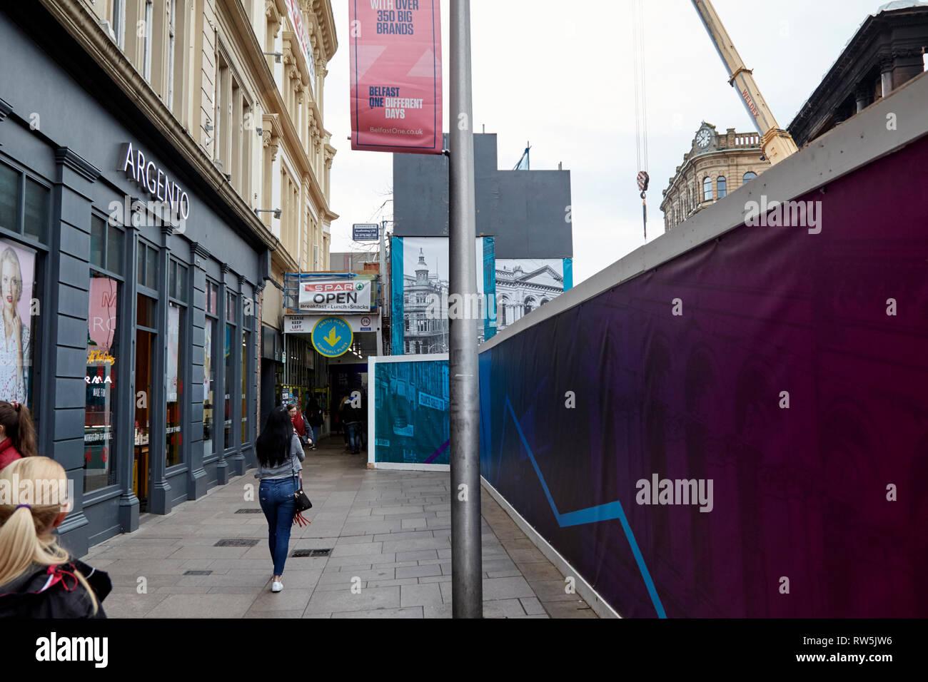 Barrieren um das Feuer beschädigte im Belfaster Stadtzentrum um die Bank Gebäude primark Gebäude Stockbild
