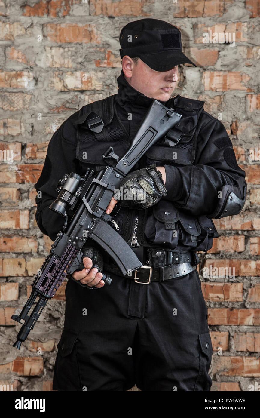 Special forces Operator in schwarzer Uniform und kugelsichere Weste. Stockbild