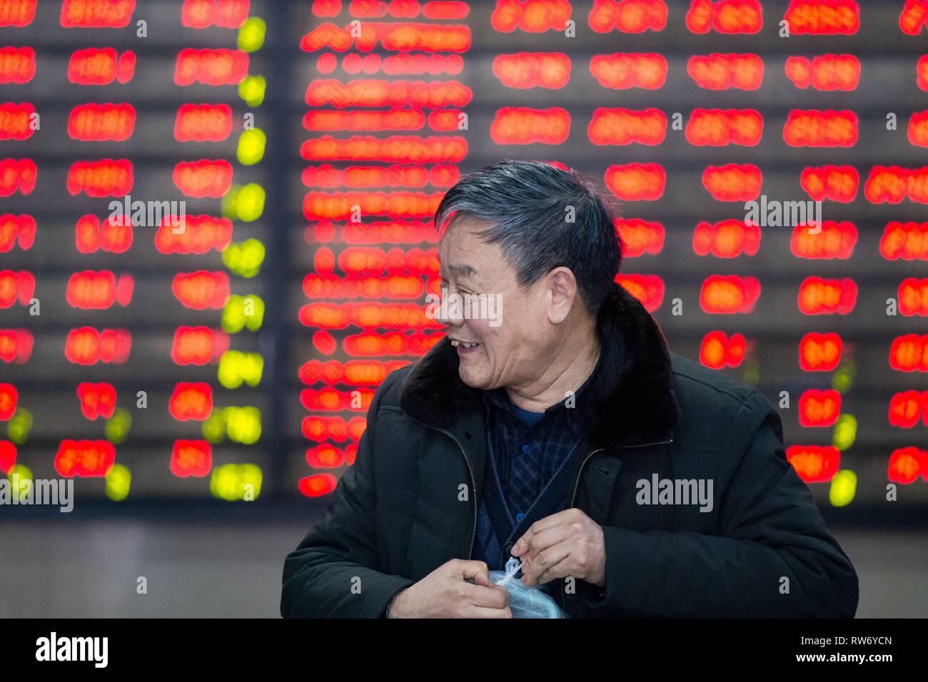 Peking, der chinesischen Provinz Jiangsu. 4 Mär, 2019. Ein Investor ist, die an einer Börse in Nanjing, der Hauptstadt der Provinz Jiangsu, China, 4. März 2019 gesehen. Chinesischen Aktien höher geschlossen Montag, nach der MSCI Entscheidung das Gewicht Chinas A-Aktien in ihren Indizes zu erhöhen und die neu vorgestellten Regelungen auf den sci-tech Board. Der Benchmark Shanghai Composite Index gewann 1,12 Prozent auf 3,027.58 zu beenden, durch die 3.000 brechen - Punkt. Credit: Su Yang/Xinhua/Alamy leben Nachrichten Stockbild