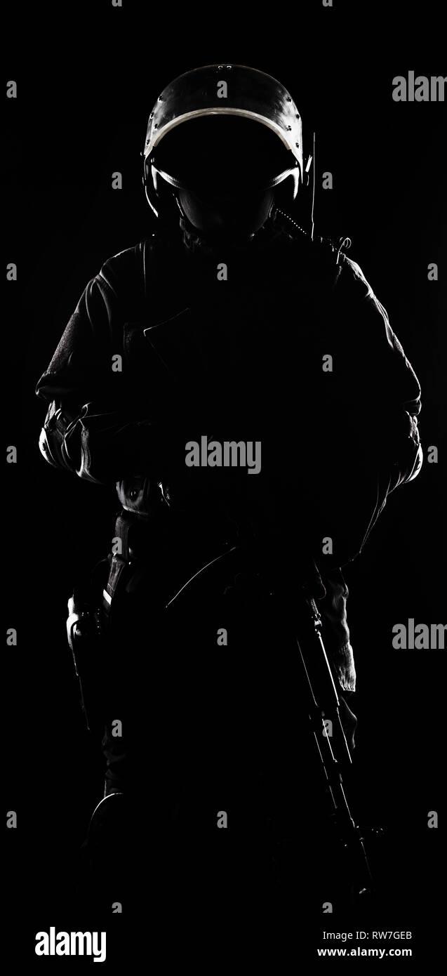 Kontur schuss Spec Ops Soldat auf schwarzen Hintergrund. Stockbild