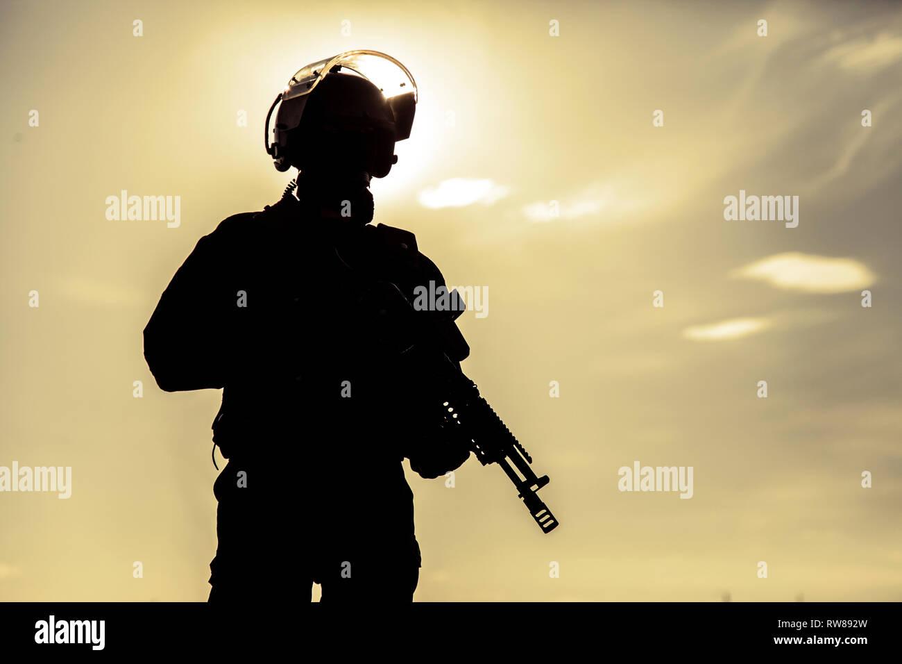 Silhouette von Special Forces Betreiber mit Waffe. Stockbild