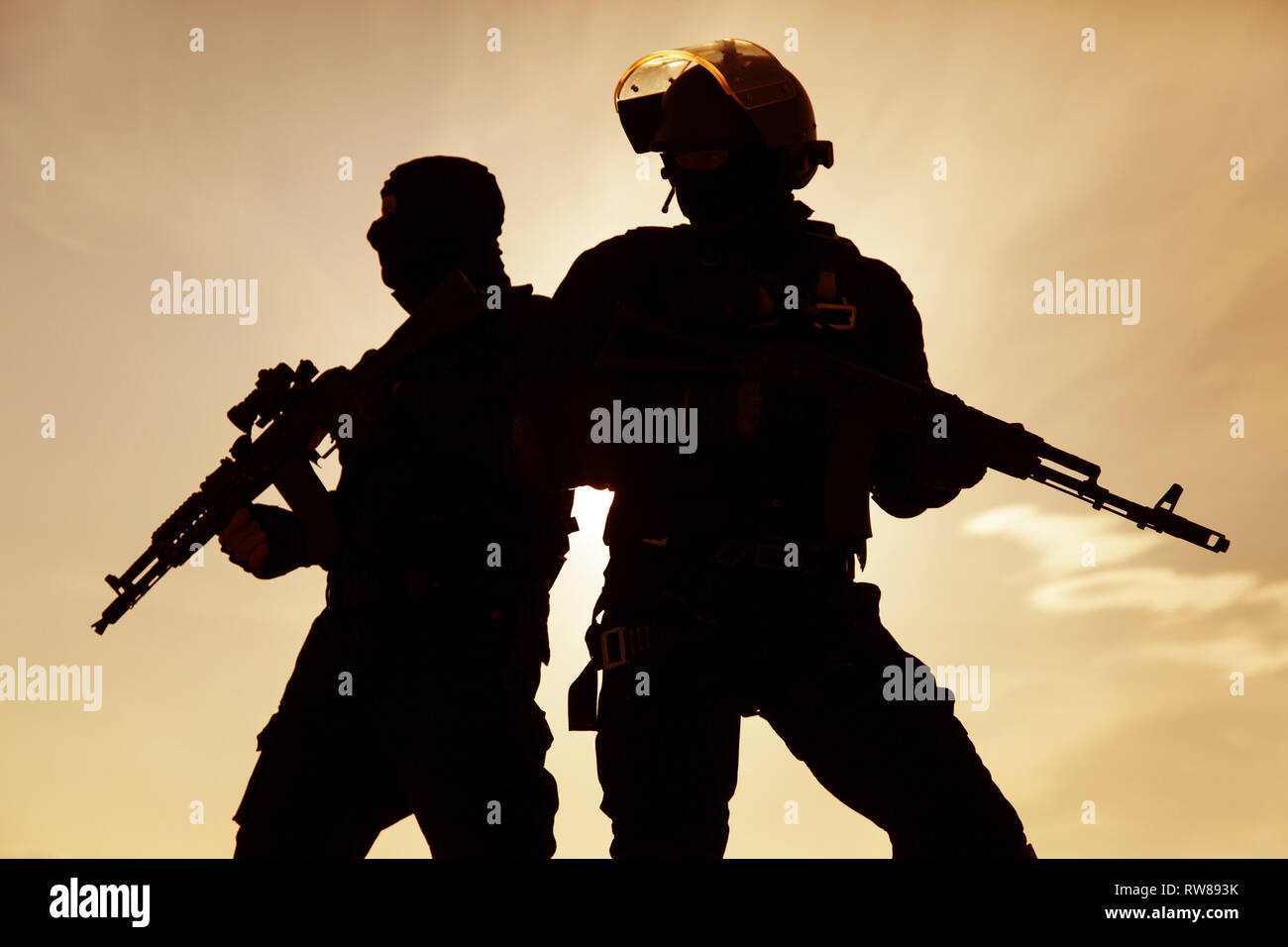 Silhouette von Special Forces Betreiber mit Waffen. Stockbild