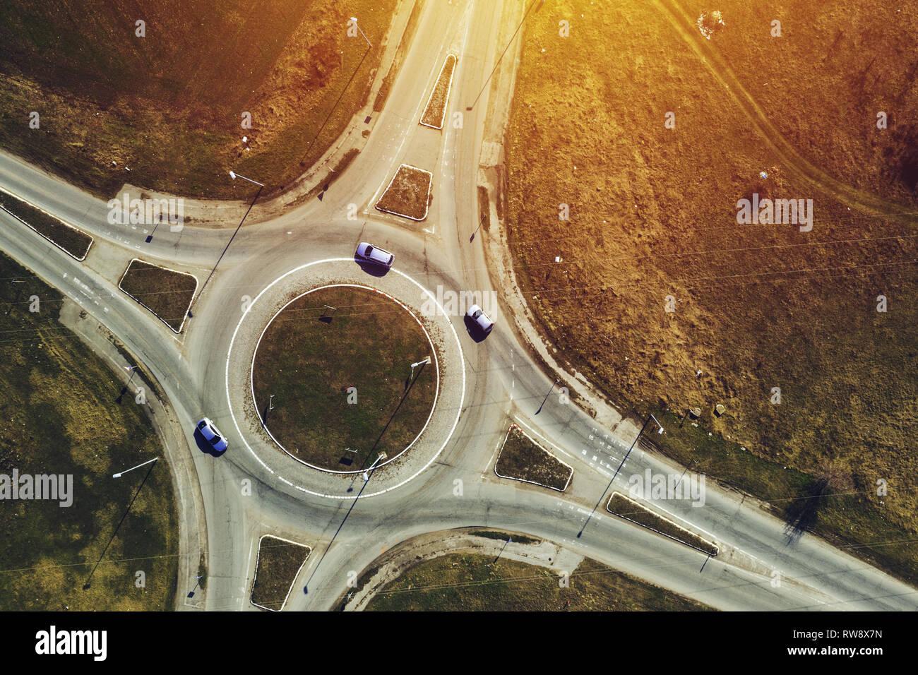 Luftaufnahme der Kreisverkehr Kreisverkehr Kreuzung, Ansicht von oben mit Autos Stockbild