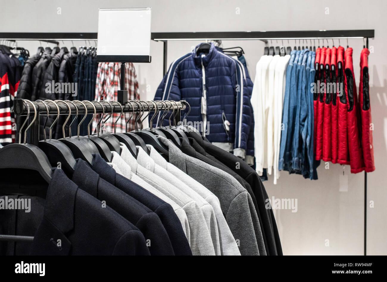 blusen und jeans auf dem regal in fashion clothing store