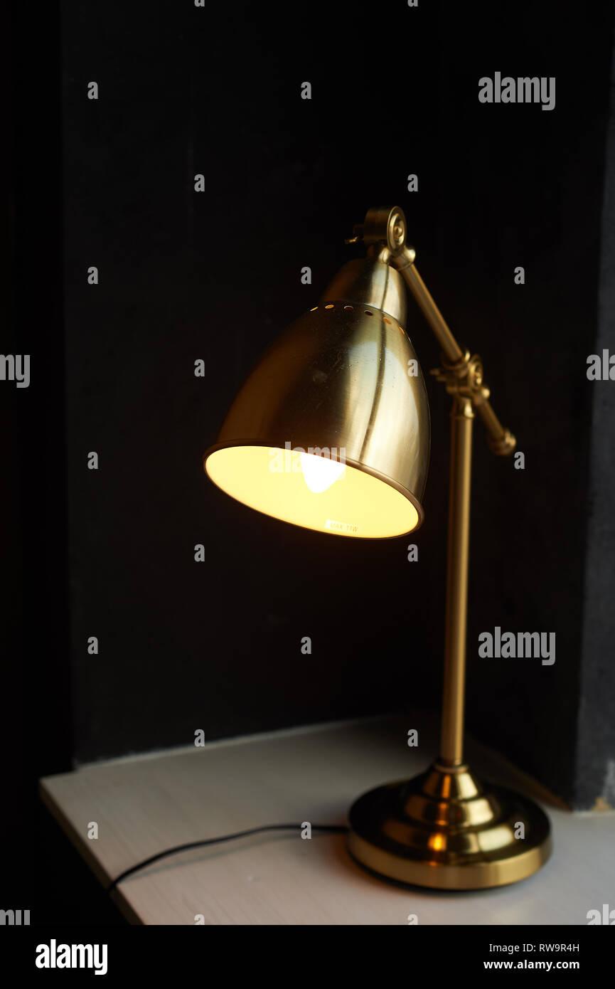Metall Tischleuchte Gold Farbe. Mit warmen Temperatur Lampe Stockbild