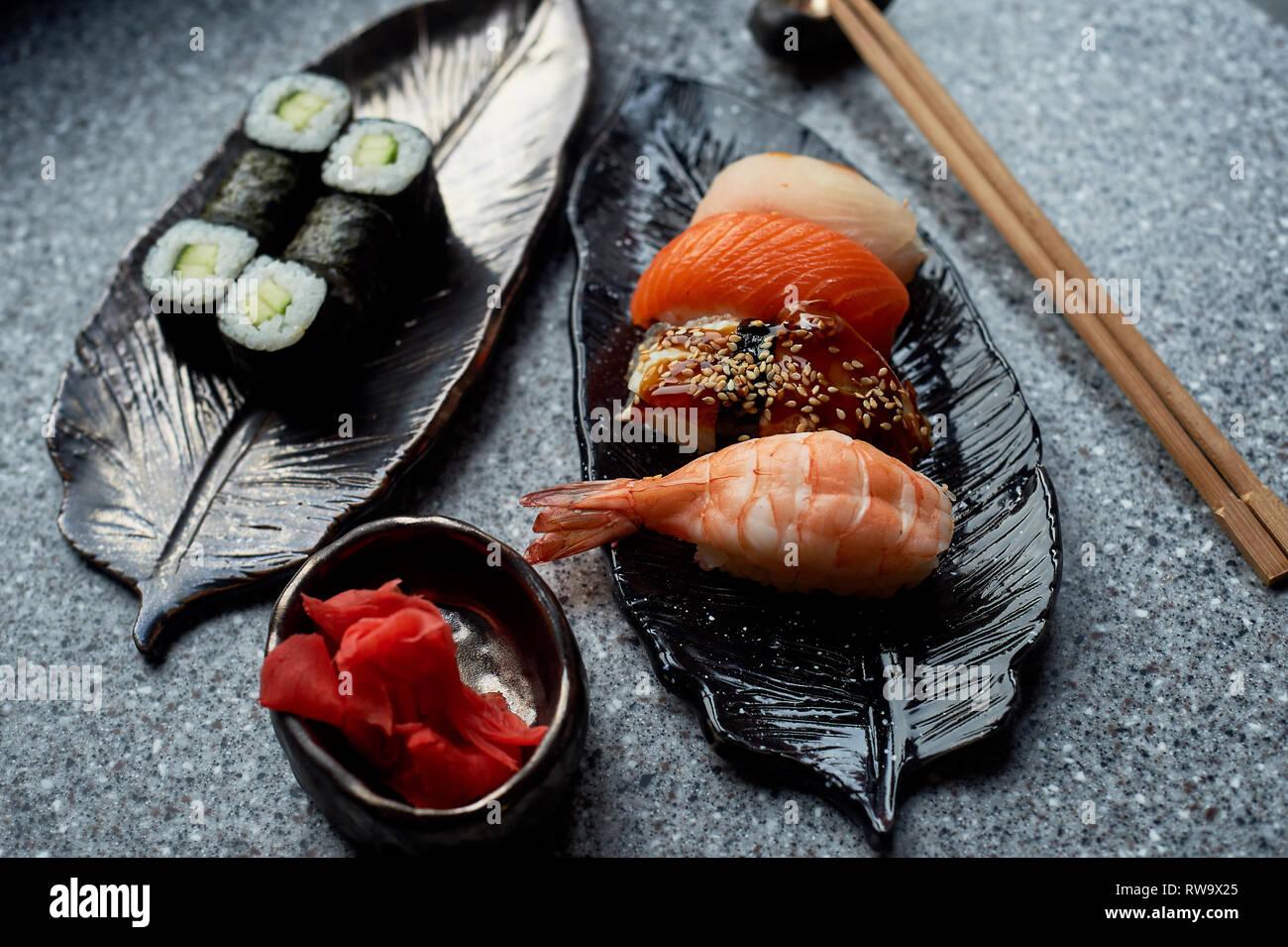 Japanische Küche auf handgefertigte Keramik. Stockbild