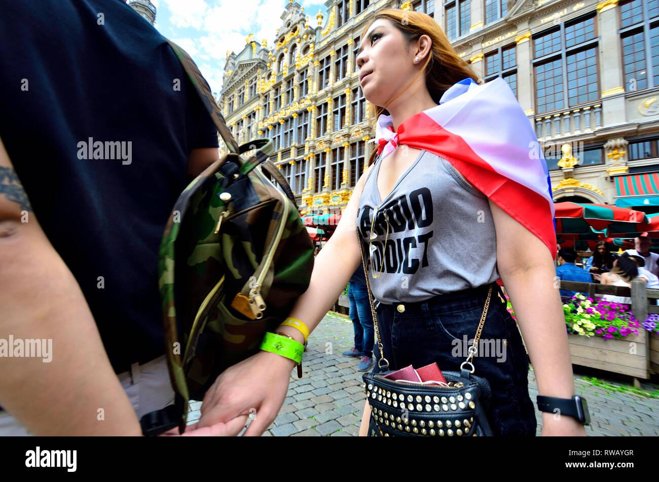 Brüssel, Belgien. Asiatische Frau mit Händen in der Grand Place Stockbild