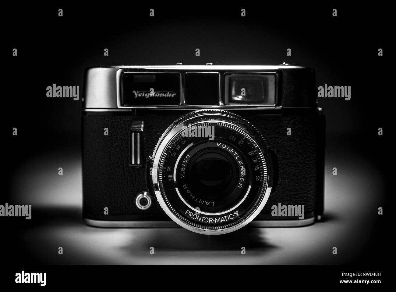Eine Voigtländer Kamera aus alten Zeiten. Analoge Kamera in Schwarz und Weiß. Stockbild