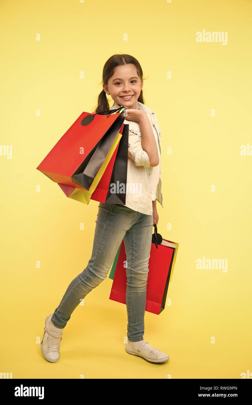 491290c44ea86e Kind niedlich Fashionista einkaufen. Kid Happy Shopping in der Mall.