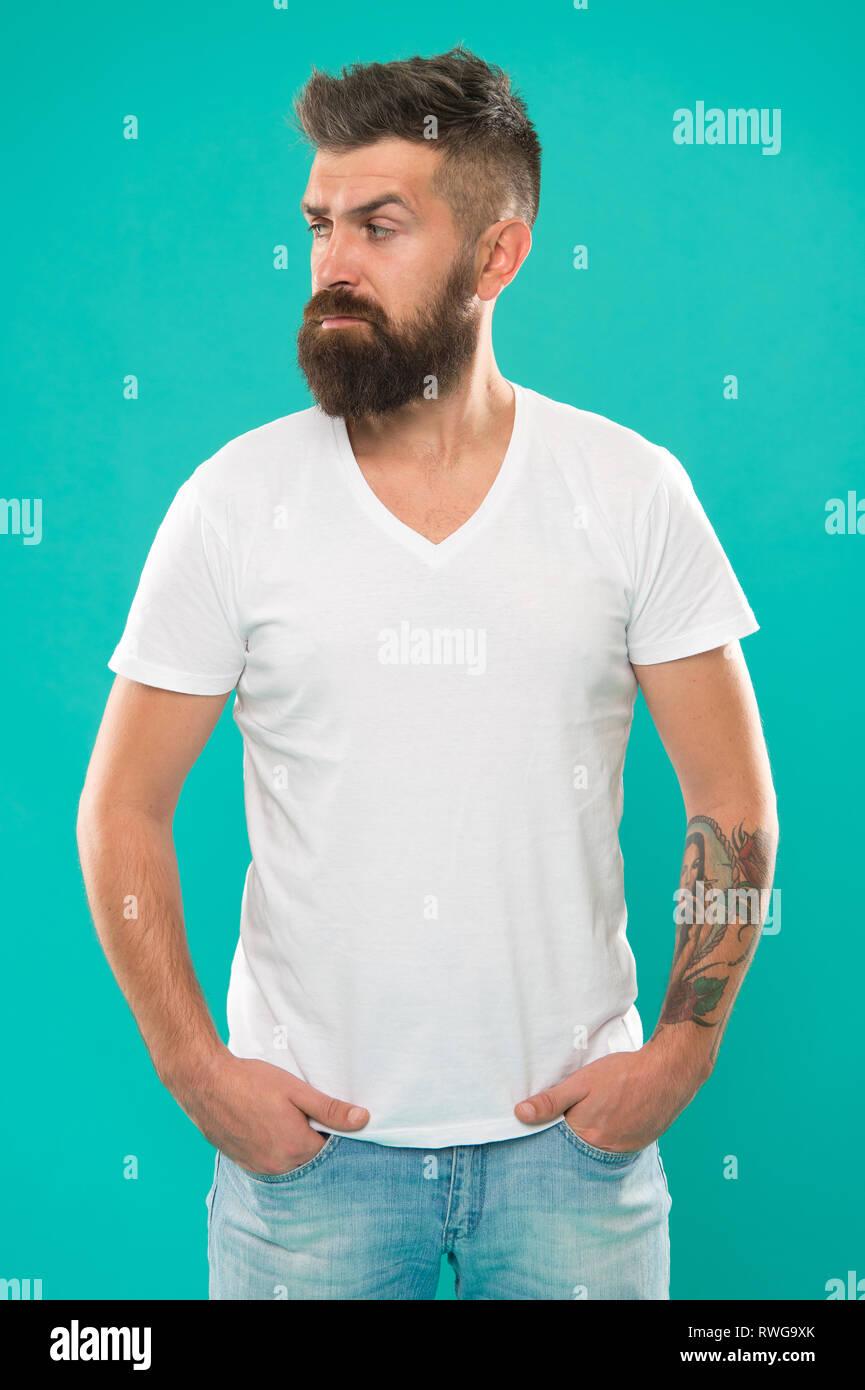 Bart Mode und Friseur- Konzept. Man bärtige Hipster stilvolle Bart türkis Hintergrund. Friseur Tipps halten Bart. Stilvolle Bart und Schnurrbart. Hipster aussehen. Maskulin und mutig. Stockbild