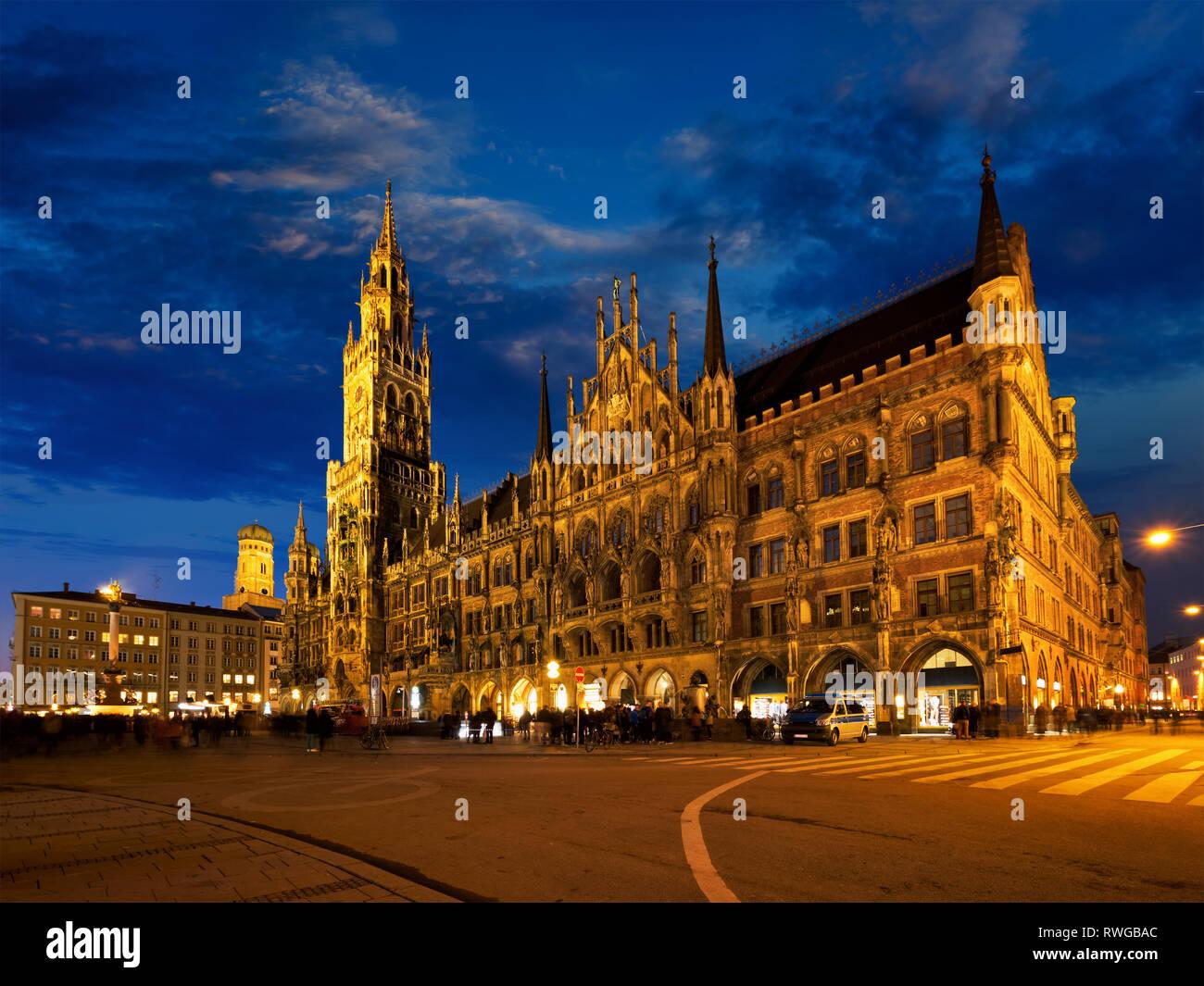 Marienplatz Bei Nacht Mit Neues Rathaus Neues Rathaus Munchen Deutschland Stockfotografie Alamy