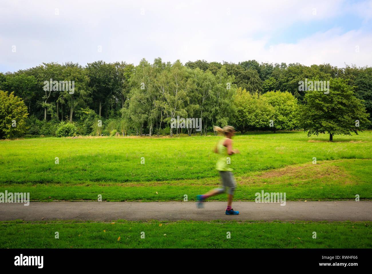 Essen, Nordrhein-Westfalen, Ruhrgebiet, Deutschland - Das Hallopark zwischen Stoppenberg und Schonnebeck ist einer der ältesten Parks in Essen, Jogge Stockbild
